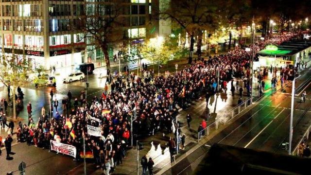 На фото панорама антиисламского шествия.