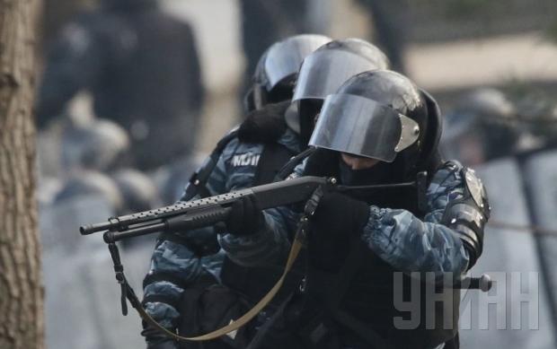 1424467298-8399-snayperyi-spetspodrazdeleniya-militsii-berkut-strelyayut-rezinovyimi-pulyami-v-jurnalistov-na-ul-grushevskogo-v-kieve-v-ponedeln