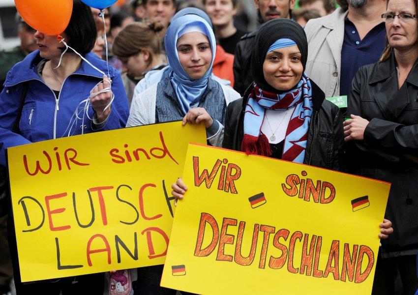 """Teilnehmer einer Gegendemonstration protestieren am Samstag (01.05.10) in Solingen mit Schildern mit der Aufschrift """"Wir sind Deutschland"""" gegen eine Veranstaltung der rechtspopulistischen Partei Pro NRW. Nach Polizeiangaben protestierten in Solingen am Samstag um die 500 Demonstranten gegen eine Demonstration von 70 Anhaengern von Pro NRW.  Foto: Clemens Bilan/ddp"""