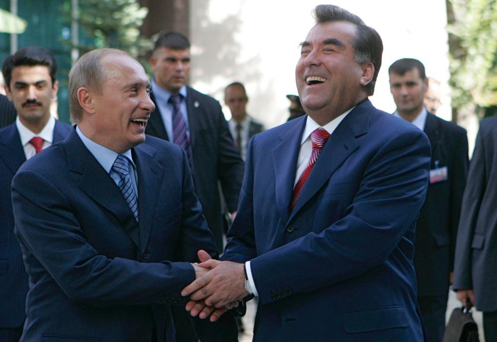 Podarki_prezidentov_Putin_vruchil_Rahmonu_snajperskuju_vintovku