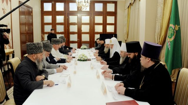 На фото, встреча Патриарха с муфтиями 2012 год.