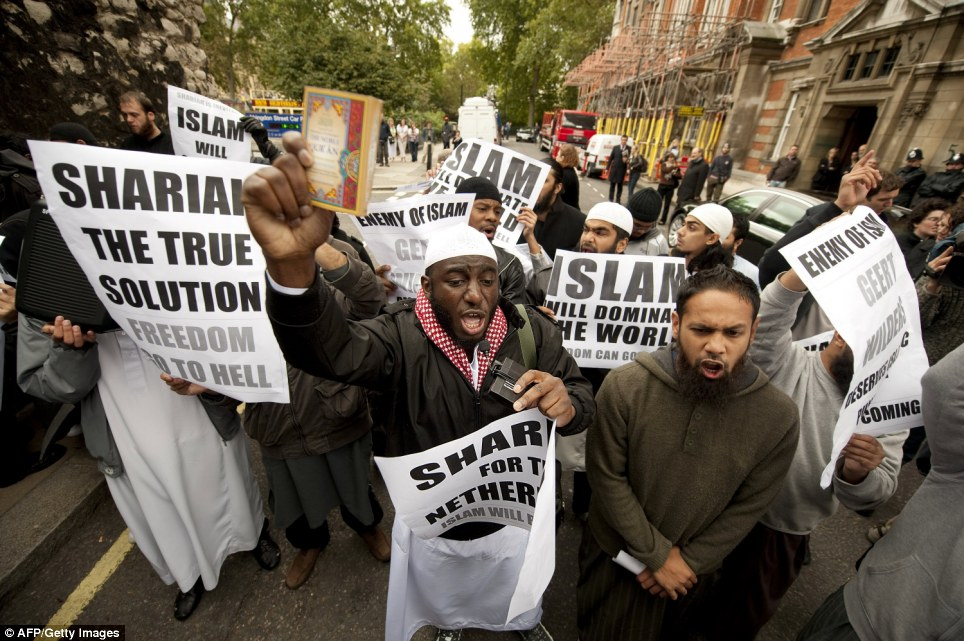 Brandishing-banners-saying-__Sharia-is-the-true-solution_-freedom-go-to-hell___-Muslim-protesters-met-Mr-Wilders-outside-Houses-of-Parliament
