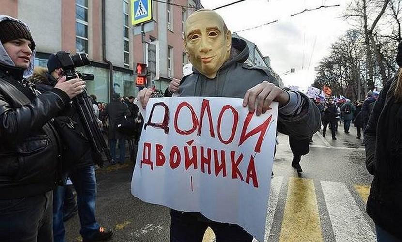 policeyskie-posadili-v-avtozak-uchastnika-marsha-pamyati-nemcova-v-maske-putina_1