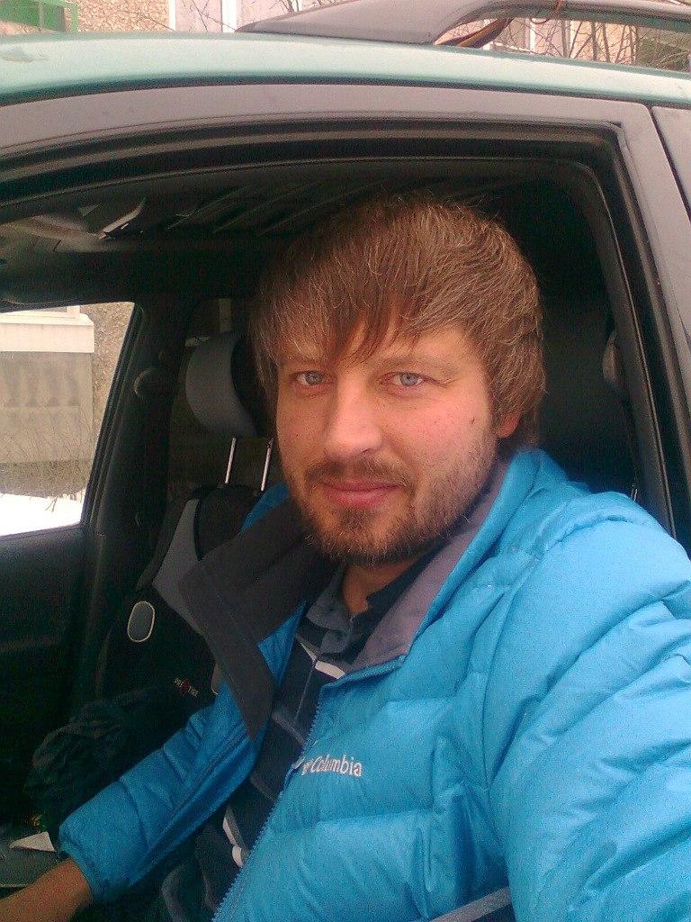 На фото - убитый армянином горожанин Александр Межуев, таксист, бывший милиционер. И страница типичного тролля, работающего за деньги, которые ордами направляются в те группы в социальных сетях, которые требует заказчик.