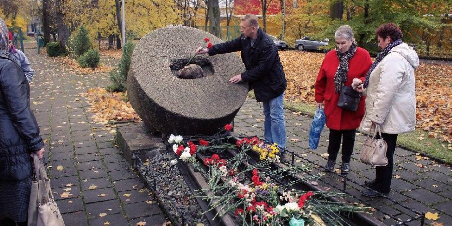 Фото с самого нашумевшего возложения цветов к мемориалу 30 октября 2016 года.