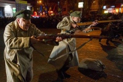 «Повстанец» соорудили баррикаду, которую «большевики» защищали от «солдат УНР».
