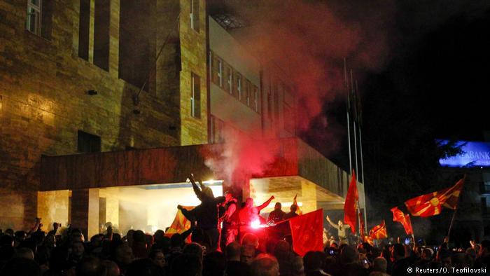 Демонстранты взяли штурмом парламент Македонии. Беспорядки начались после того, как спикером был избран албанец